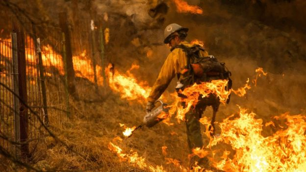 Bombeiro apagando fogo na Califórnia