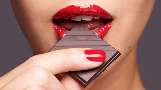 Bilim insanları bitter çikolata yemenin aşık olmuş gibi hissettirdiğini söylüyor