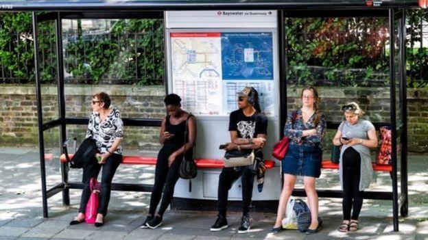 otobüs durağında insanlar