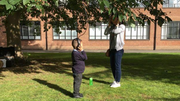 Ребёнок слушает дерево