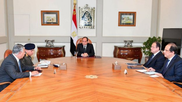 Preisdent Sisi sits with three ministers