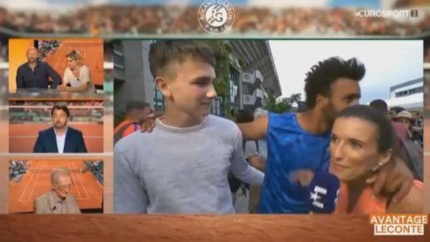 La reportera busca zafarse pero el tenista insiste.