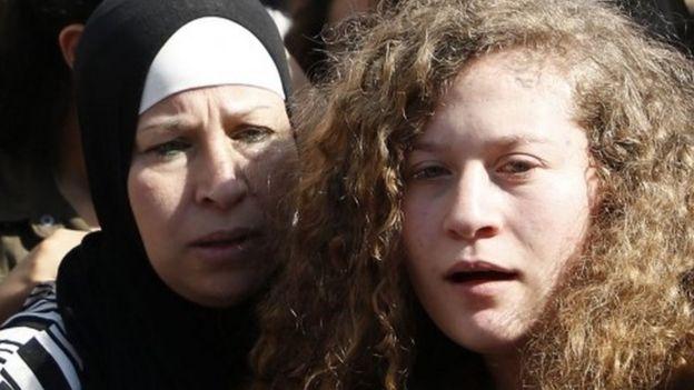 Ahed Tamimi y su madre, Nariman.
