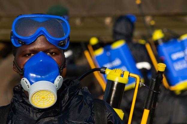 Soldados preparam equipamentos par aplicar pesticidas em Uganda