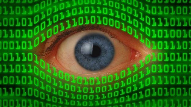 Ojo viendo a través de un código binario