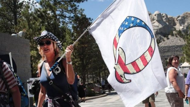 Os seguidores do QAnon apoiam o presidente dos Estados Unidos, Donald Trump