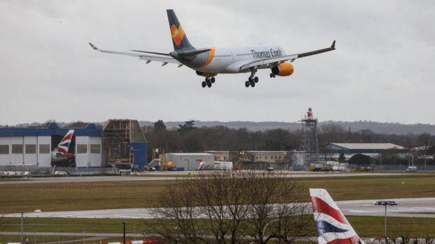 Avião saindo do aeroporto de Gatwick