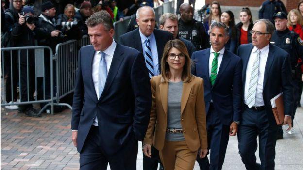 A atriz Lori Loughlin e seu marido Mossimo Giannulli deixam o Tribunal John Joseph Moakley em Boston, nos Estados Unidos, em abril