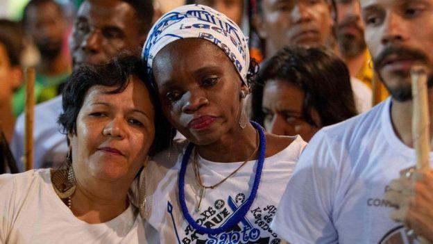 Residentes de Salvador participaron en un homenaje póstumo para Romualdo Rosário da Costa, quien murió apuñalado.