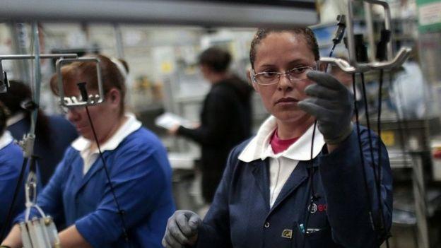 Trabajadores en una planta de México.