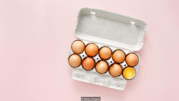Caixa com uma dúzia de ovos