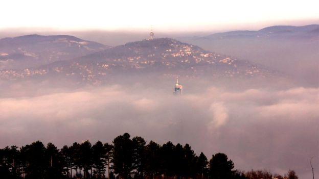 У боснійські столиці Сараєво уряд обговорює термінові заходи, які допомогли б зробити повітря хоч трохи чистішим