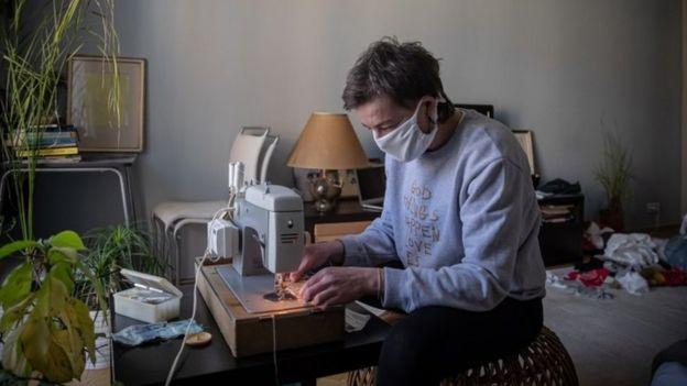 Un hombre en una máquina de coser