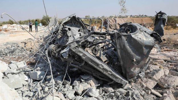Puing kendaraan yang hancur selama operasi Amerika di dekat desa Barisha, Suriah (27/10).