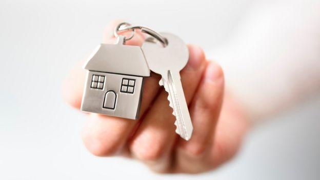 Ключ с брелоком в виде дома