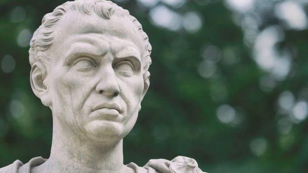 مجسمه جولیوس سزار در پارکی در ورشو پایتخت لهستان