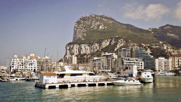 Vista de la marina frente a el peñón de Gibraltar.