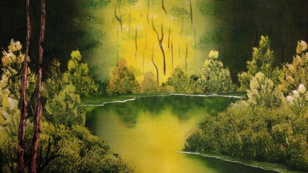 Paisagem verde com lago e árvores