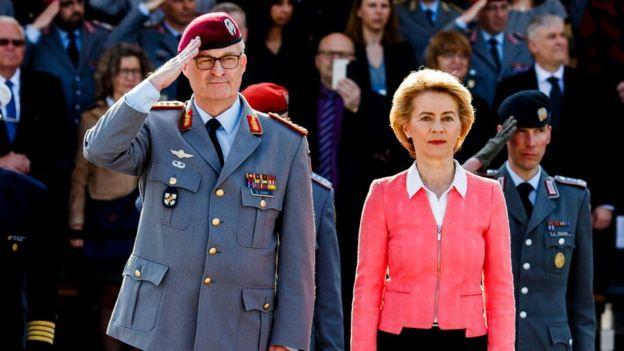 Ursula von der Leyen, junto a un mando militar en una ceremonia en Berlín.