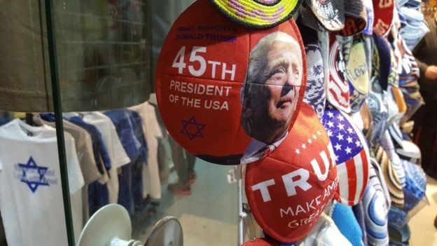 Mũ chỏm của người Do Thái in khẩu hiệu ủng hộTrump được bày bán ở Jerusalem.