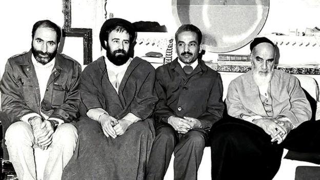 محمد علی رجایی (نفر دوم از سمت راست) و بهزاد نبوی (نفر اول از سمت چپ) مسوولیت اصلی مذاکرات پایان بحران گروگانگیری را برعهده داشتند