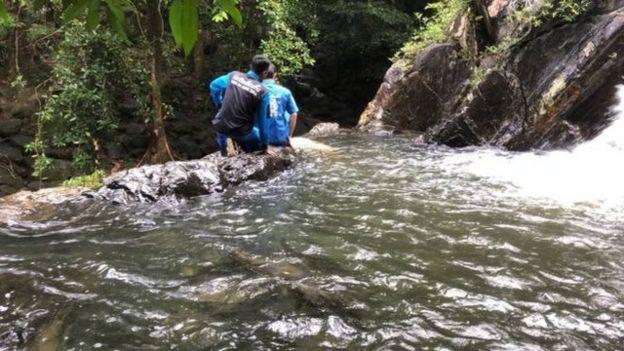 警方表示,女遊客獨自進入瀑布景區遊玩,遺體被發現時僅穿白色t恤,下身赤裸。