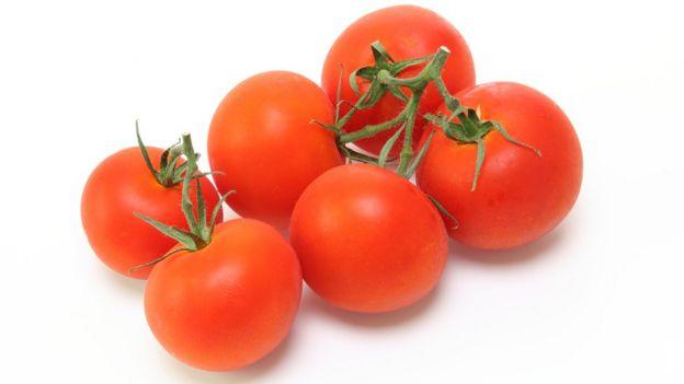 """""""El fruto es redondo, chato, y desigual, liso, y lustroso, de color verde, que con el sol se vuelve encarnado"""", dice el Diccionario de autoridades sobre el tomate."""