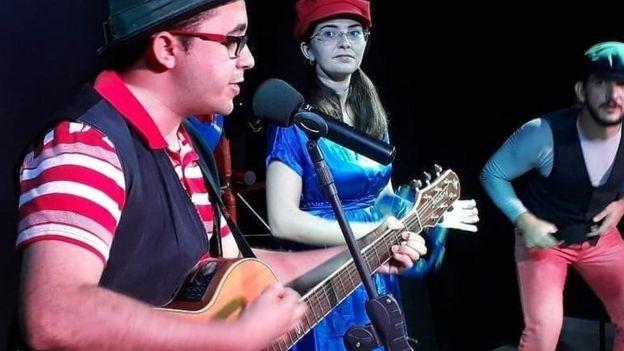 Mailson com a mulher em uma apresentação de teatro
