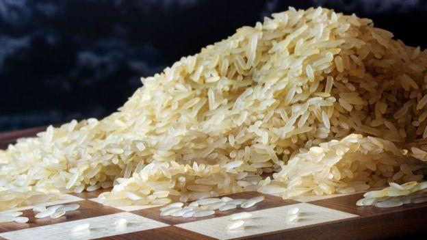 Granos de arroz en un tablero de ajedrez