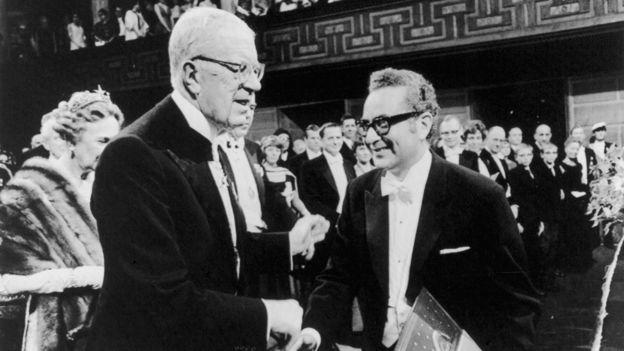 Murray Gell-Mann recibiendo el Premio Nobel de Física en 1969