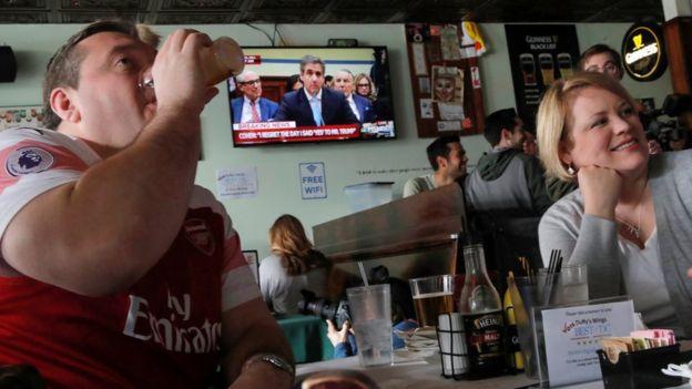 Американцы в кафе смотрят трансляцию