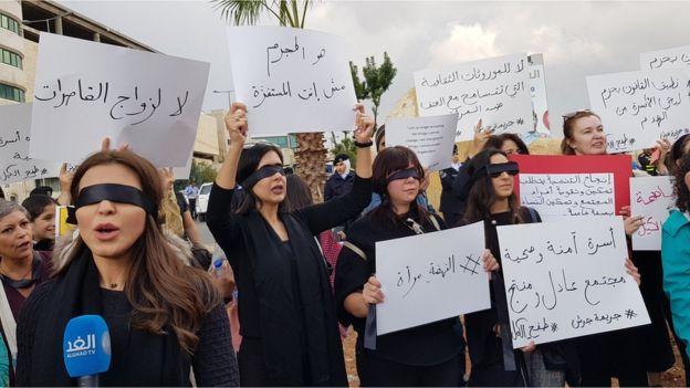 نساء ورجال خرجوا في الأردن مؤخرا اعتراضا على جريمة عنف أسري اقتلع فيها رجل عيني زوجته.