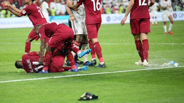 رشق لاعبي منتخب قطر بالنعال والزجاجات