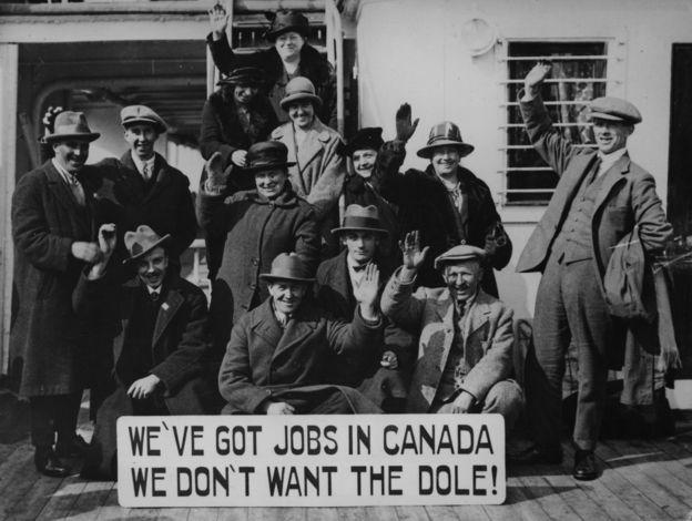 Grupo de inmigrantes escoceses viajan a Canadá en 1925 en busca de empleos.