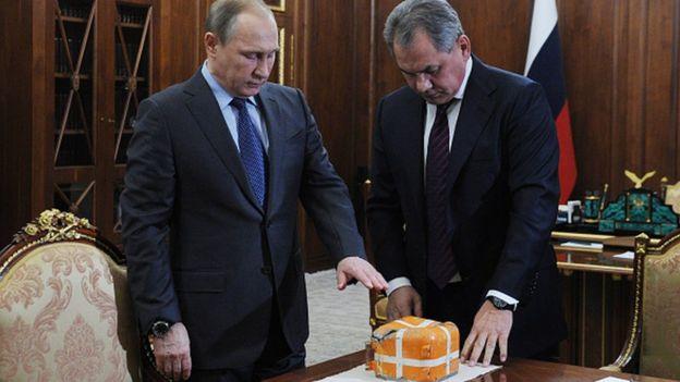 Rusya Devlet Başkanı Putin ve Savunma Bakanı Şoygu, düşürülen uçağın parçasını incelerken (8 Aralık 2015)