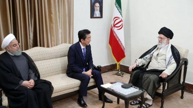 رهبر جمهوری اسلامی و نخستوزیر ژاپن و رئیسجمهوری ایران