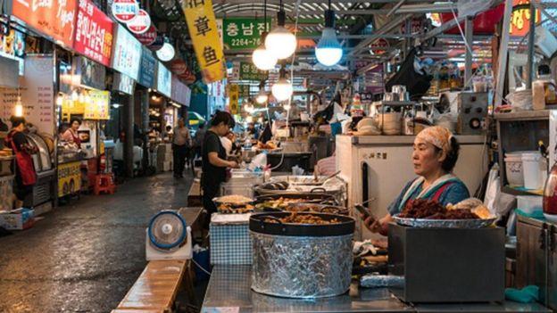 سوق محلي في كوريا الجنوبية يضم مطاعم عديدة