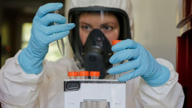 Cientista realiza teste em laboratorio do Instituto Gamaleya