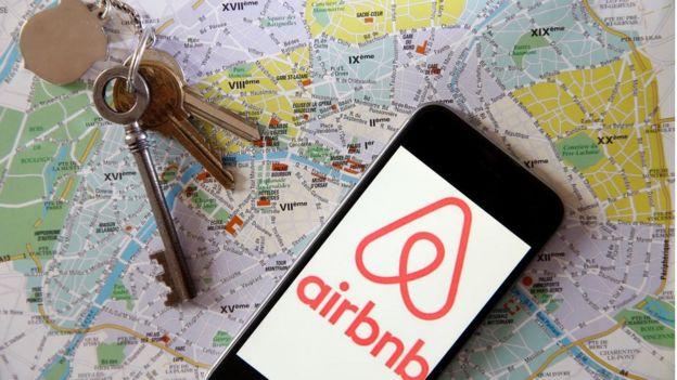 Un móvil con el logo de Airbnb