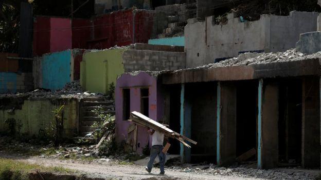 Un hombre recoge madera en un barrio pobre de San José, capital de Costa Rica.