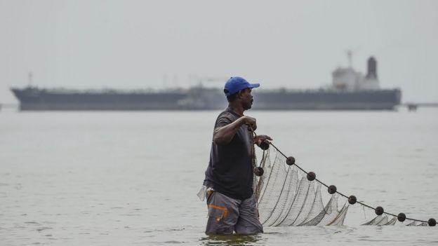 صياد يتنقل في شبكته في بحيرة ماراكايبو في مدينة ماراكايبو الفنزويلية، في 15 مارس/آذار 2019.