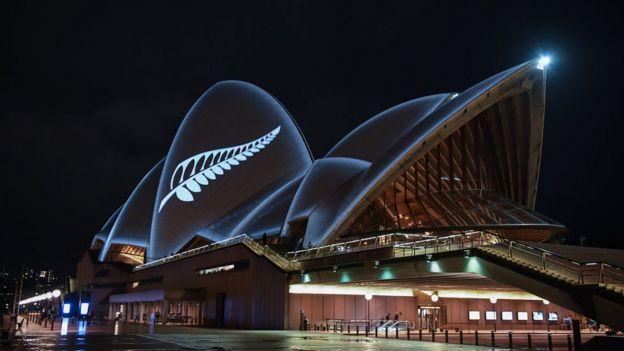 نورپردازی به شکل برگ نقرهای بر ساختمان معروف سالن اپرای سیدنی به احترام قربانیان حملات نیوزیلند