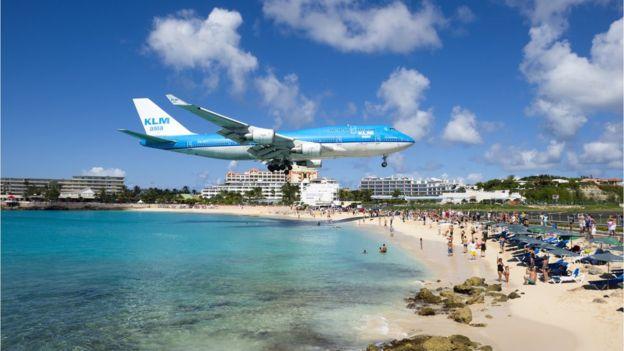 Женщину сдуло насмерть при взлете самолета на Карибах