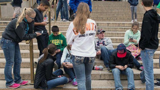 Adolesentes con sus celulares.