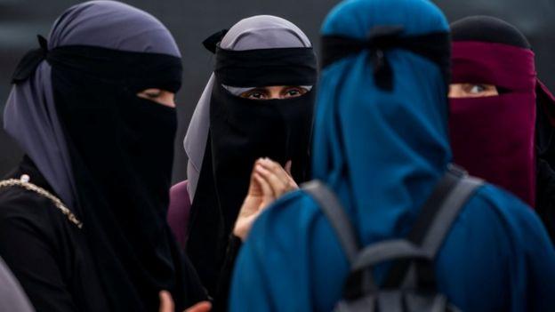 Imagem mostra quatro mulheres vestindo niqab, véu islâmico que é usado sobre o rosto e que deixa apenas os olhos à mostra