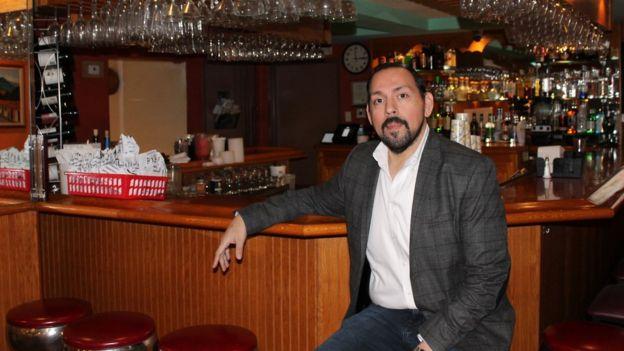Omar Lazo en el restaurante Los Chorros en Wheaton