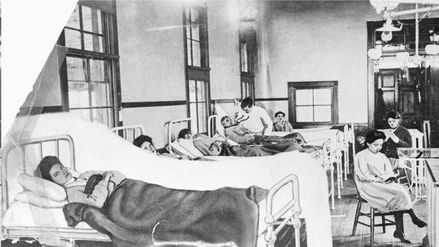 """最著名的""""零号病人""""也许是玛丽·马伦(Mary Mallon),她因在1906年纽约爆发的伤寒疫情而获得了""""伤寒玛丽""""的绰号。"""