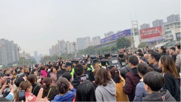 Hàng trăm phụ huynh tập trung ở trường để phản đối