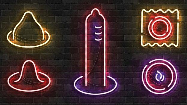 Luces de neón de figuras de anticonceptivos.