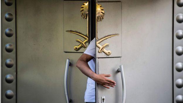 مسؤول سعودي يدخل القنصلية